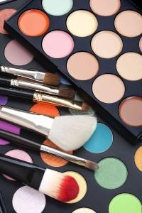 palette de fards maquillage et pinceaux
